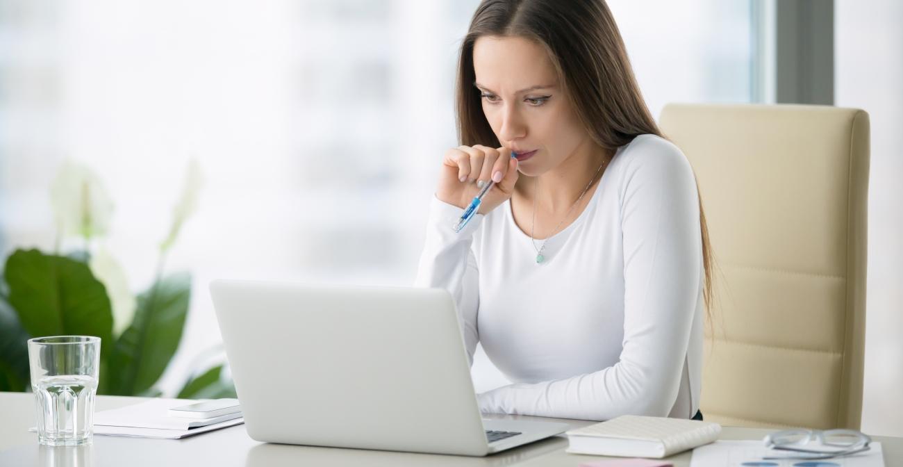 comptable devant un ordinateur